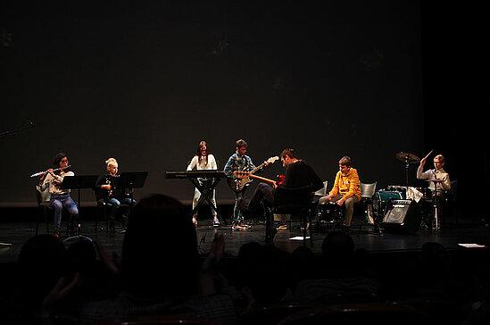 Au THV, interprètation de compositions collectives sur le thème du centenaire par un groupe de l'école de musique Vibra'siam.
