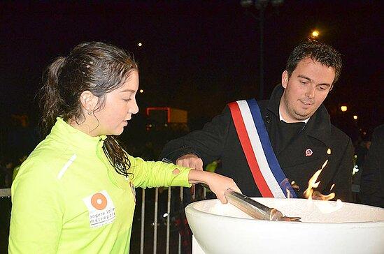 Remise de la flamme du souvenir au maire de Montreuil-Juigné Benoît Cochet.