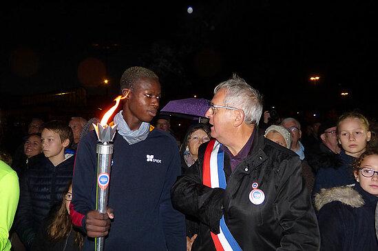 Remise de la flamme au maire de Béhuard, Bruno Richou.