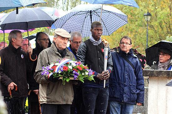 Commémoration à Béhuard avec la flamme du souvenir.