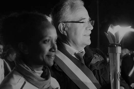 Remise de la flamme au maire de Sainte-Gemmes Laurent Damour.