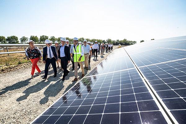 Le premier panneau photovoltaïque a été posé le 3 juillet, en présence du président d'Angers Loire Métropole Christophe Béchu, du maire des Ponts-de-Cé Jean-Paul Pavillon, du sénateur Joël Bigot et de la présidente d'Alter Energie Marie-Jo
