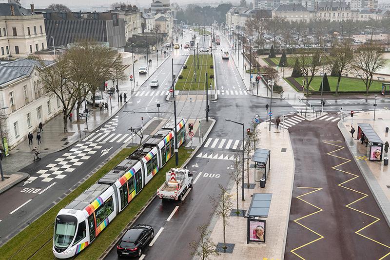 Photo du tramway devant l'hôtel de ville d'Angers