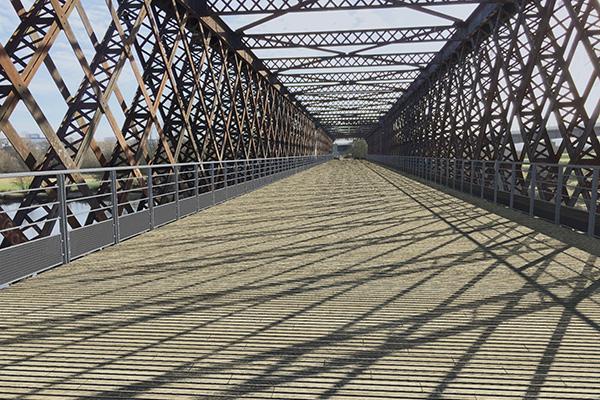 Vue du futur platelage en bois du pont de Segré