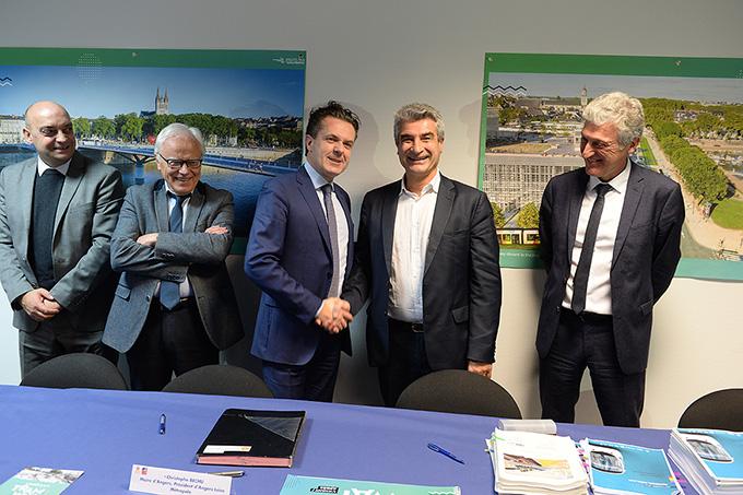 Photo de la signature pour l'acquisition de 20 rames commandées à Alstom pour le tramway angevin.