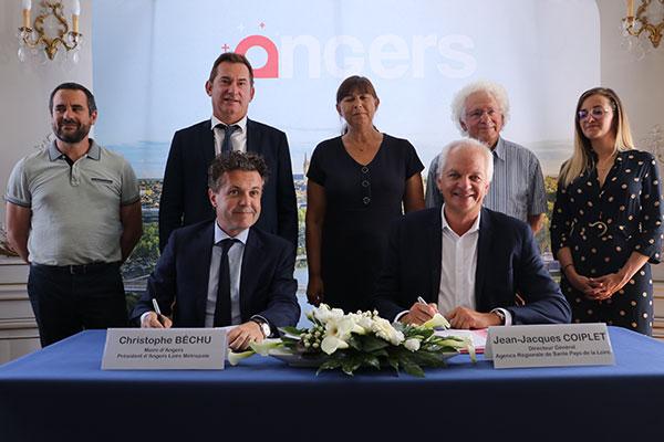 Le président de la communauté urbaine, Christophe Béchu, et Jean-Jacques Coiplet, directeur général de l'Agence régionale de la santé, ont signé le nouveau contrat local de santé le 8 juillet.