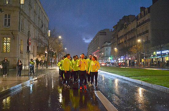 Les trombes d'eau qui déferlent sur Angers n'entament en rien la détermination des relayeurs les derniers mètres, boulevard Foch.